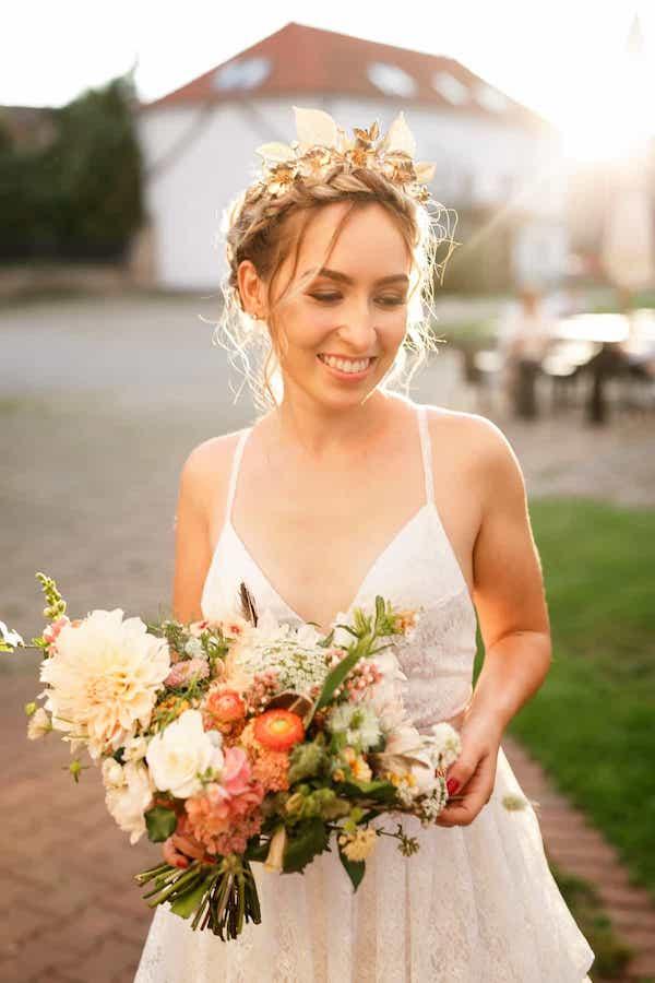 Boho šampaň uvolněná svatební kytice.