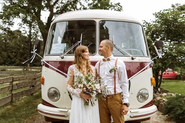 Starý svatební autobus, kytice jemné tóny, bílá.