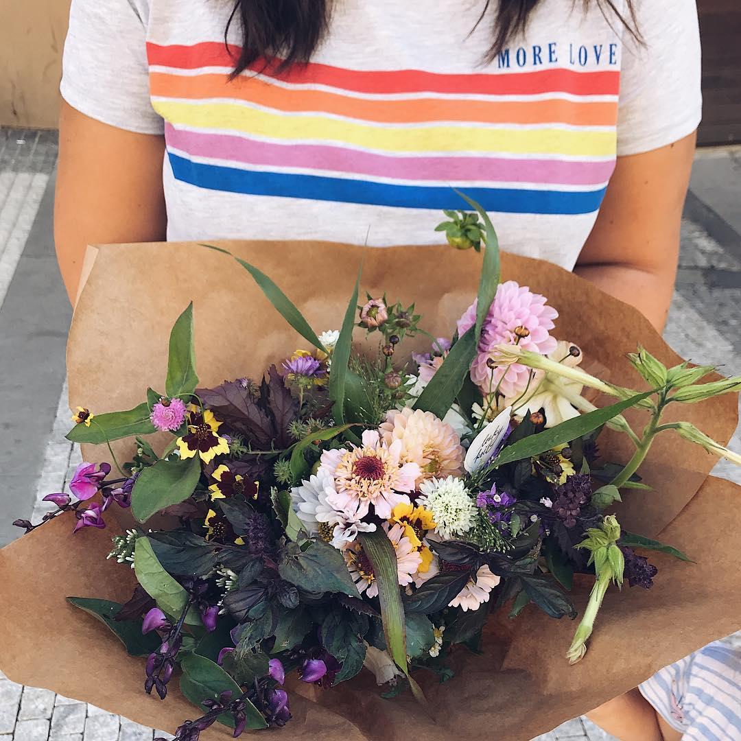 Květinové přeplatné v papíře, na stůl, bez obalu.