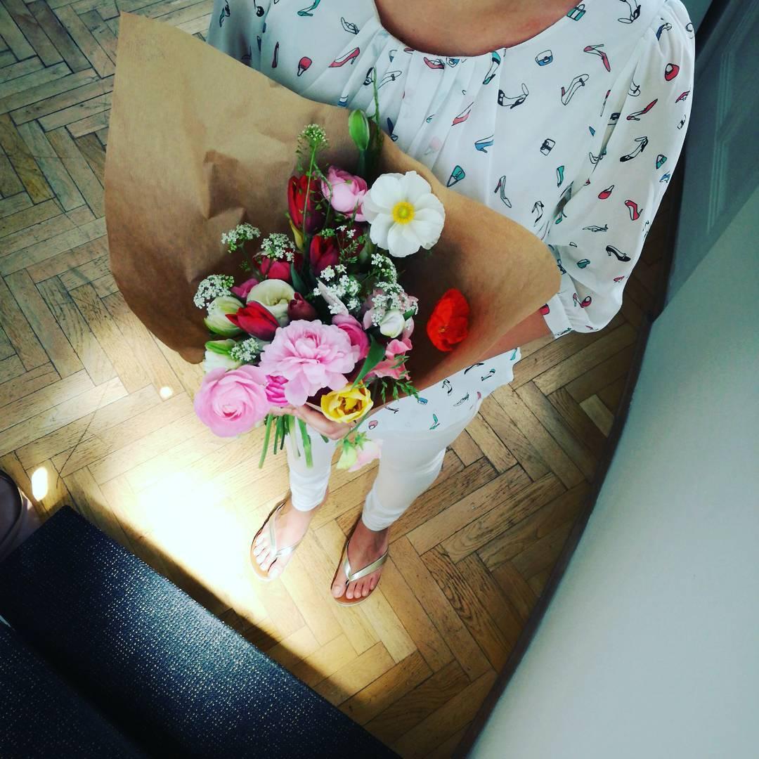 Kytice do kanceláře, jarní květina, papír, pryskyřníky.