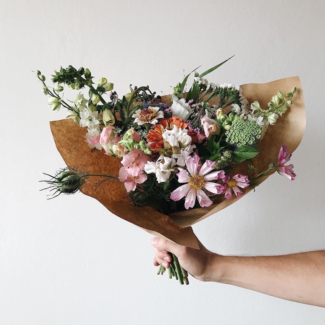 Květinové přeplatné v papírovém kornoutu, krásenky, pakmín, luční kvítí.