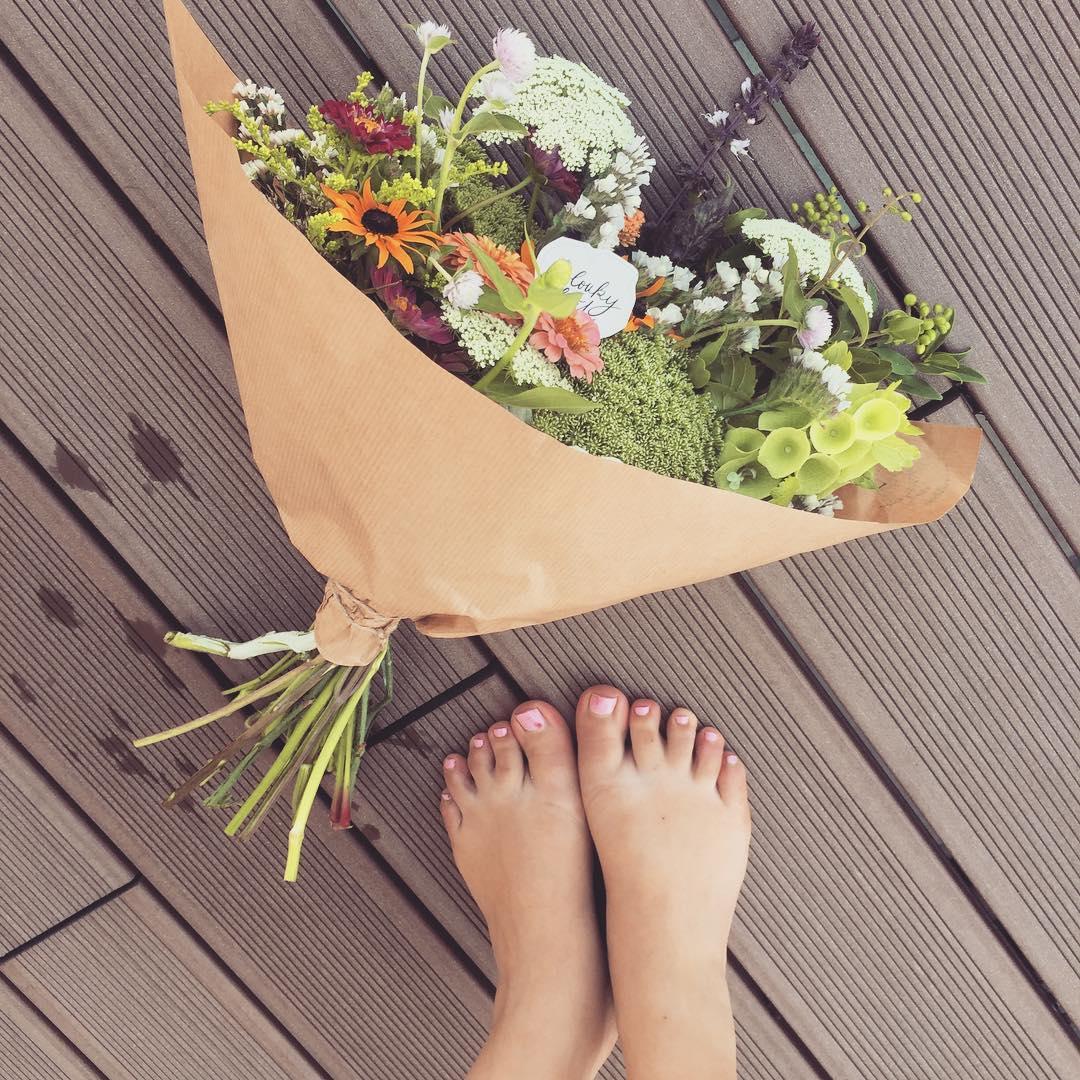 Letní kytice na stůl, květinové předplatné, papírový kournout.