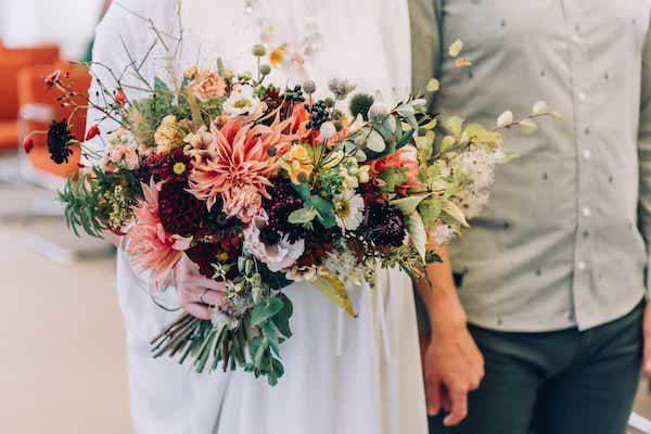 Podzimní listopadová kytice pro nevěstu, jiřiny a plody.