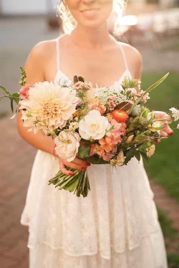 Boho kytice pro nevěstu pírka jiřiny, anglické růže.