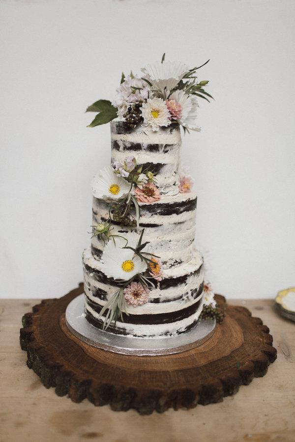 Svatební dort naháč, naked cake, jedlé květy ozdobení.