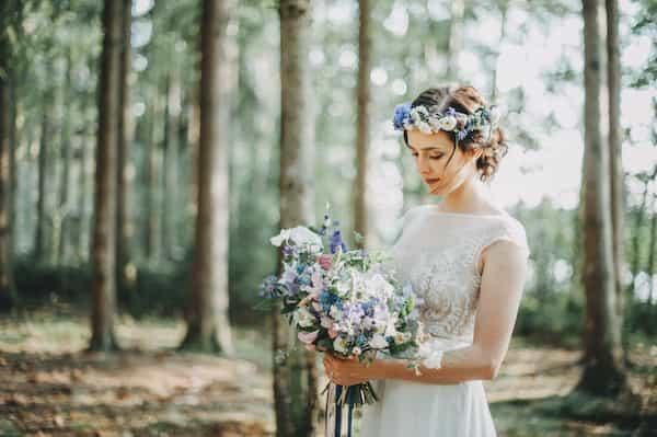 Jemná romantická lesní svatební kytice modré květy, stuhy, věneček do vlasů.