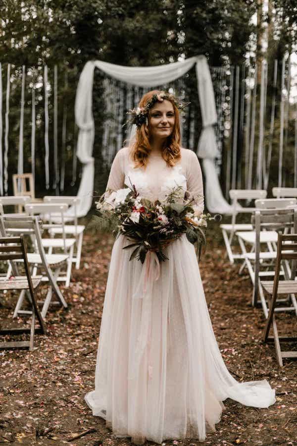 Temná svatební kytice zeleň, větve stuhy.