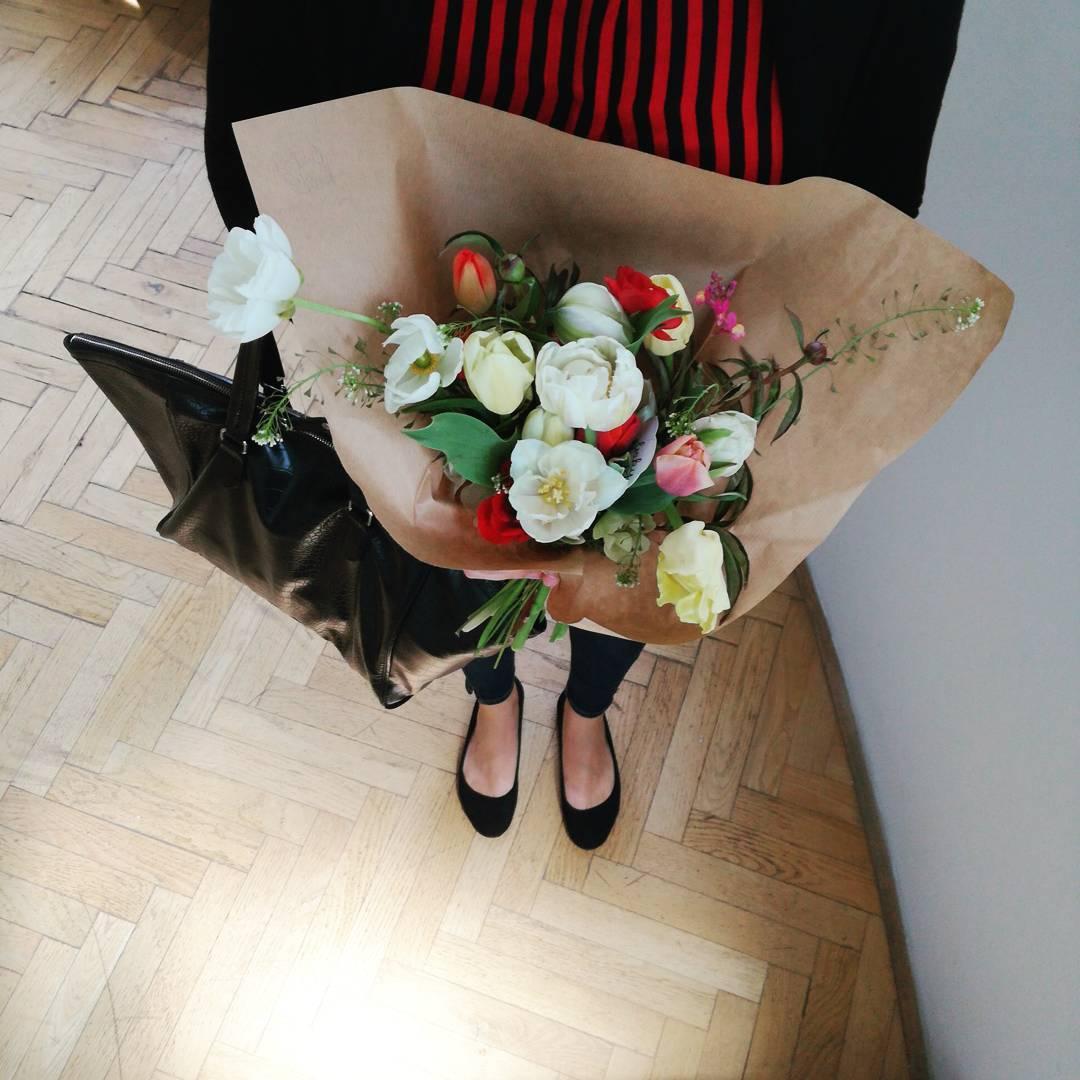 Jarní květinové předlatné, pivoňky, květiny do kanceláře.