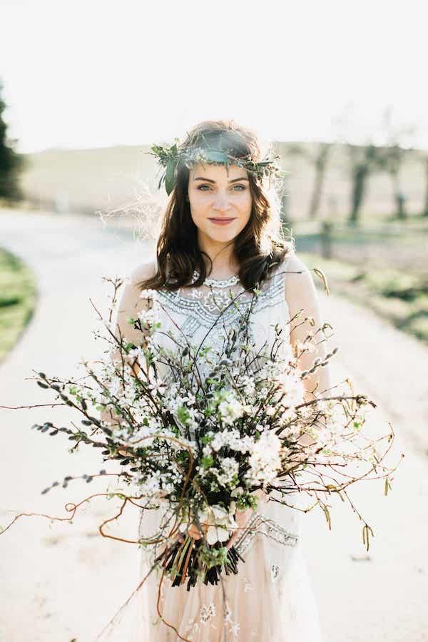 Jarní boho kytice pro nevěstu, kočičky, čemeřice.