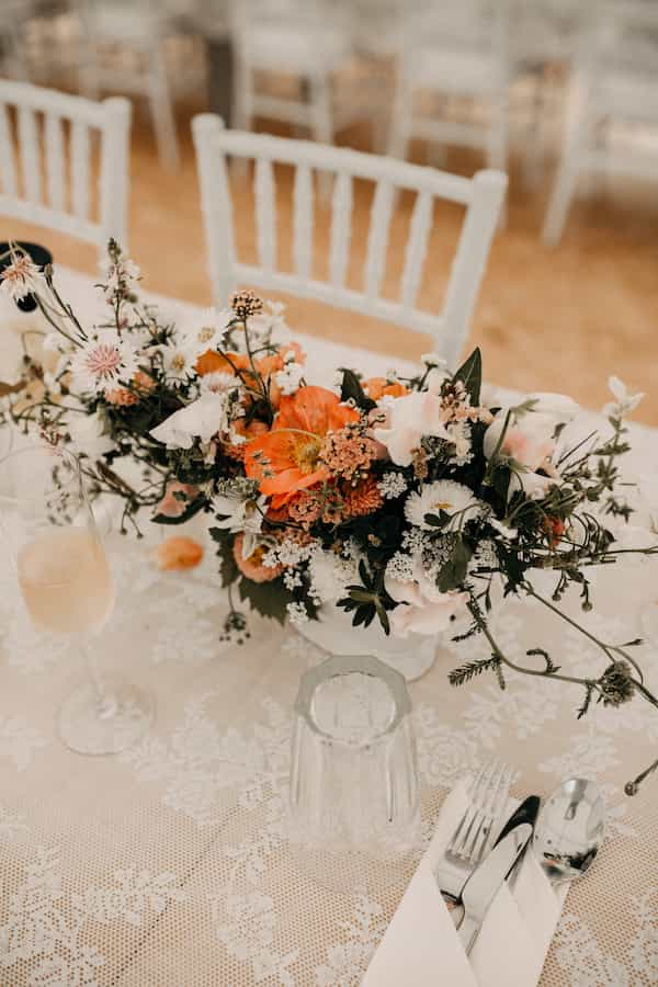 Aranž, květina na oltář, obřad, květinová mísa, dekorace na svatební stůl.