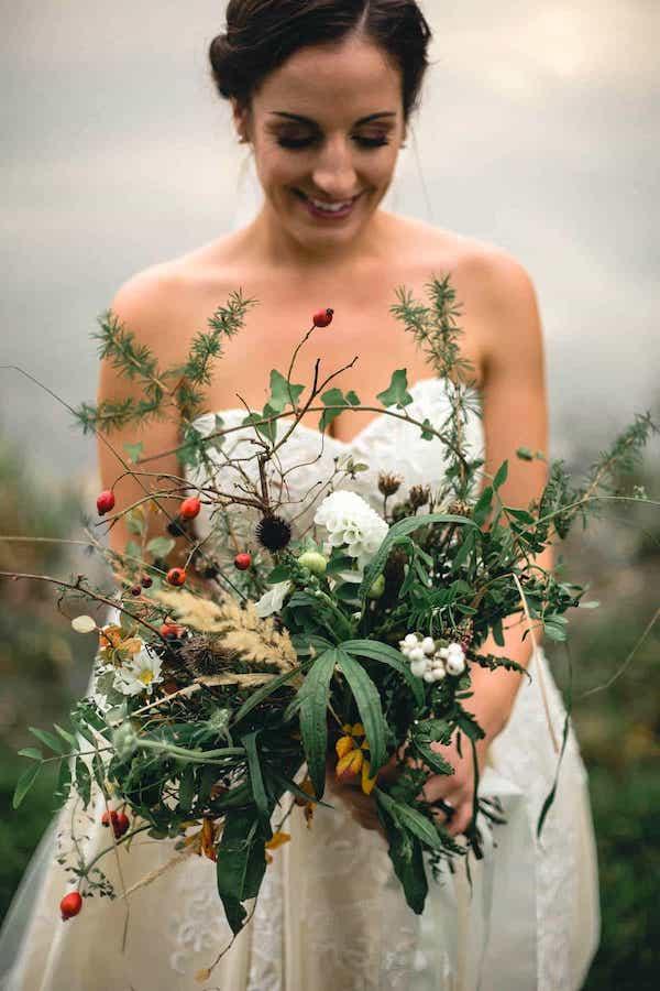 Zimní svatební kytice, plody, jehličí.