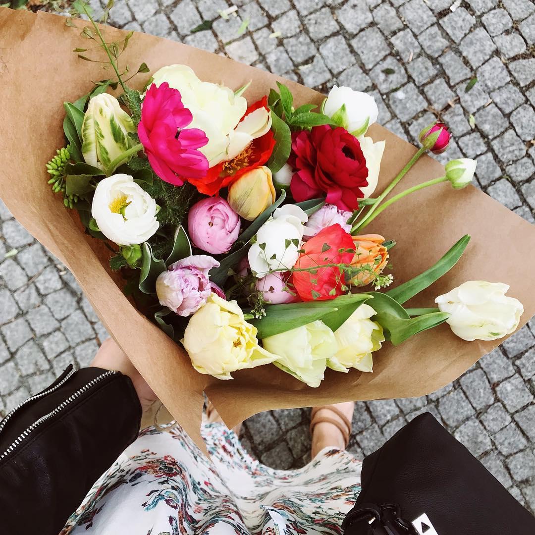 České květiny, jarní kytice, předplatné, tulipány, pryskyřníky, kokoška.