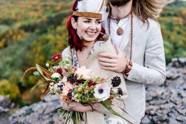 Indiánská pozdimní svatba, kytice pro nevěstu, sasanky.