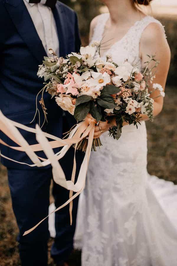 Jemná nude kytice pro nevěstu pastelové tóny.