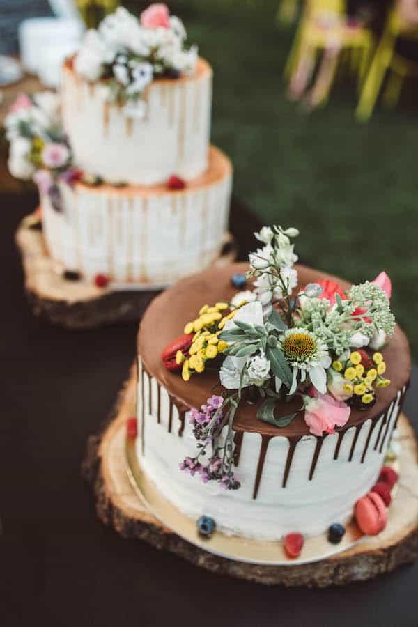 Svatební dort poleva, bílý krém, jedlé květy.