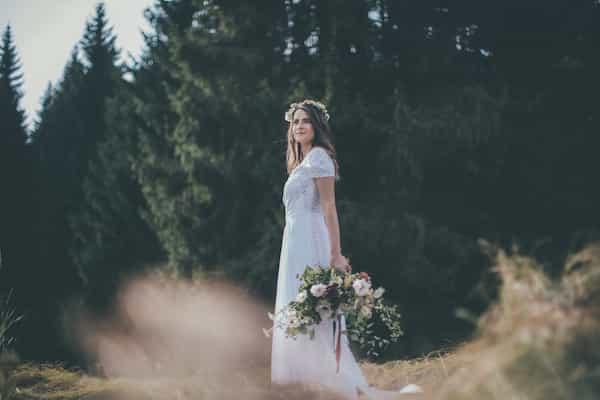 Lesní svatba, anglické růže, věneček do vlasů, uvolněná kytice.