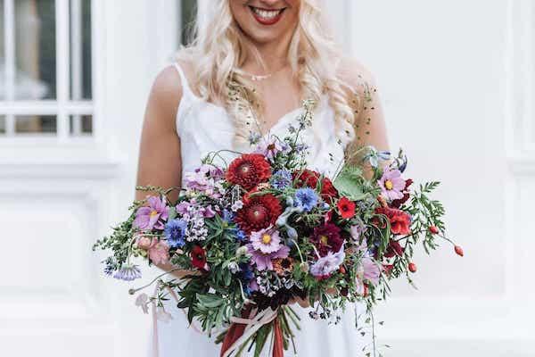 Červeno modrá luční svatební kytice pro nevěstu.