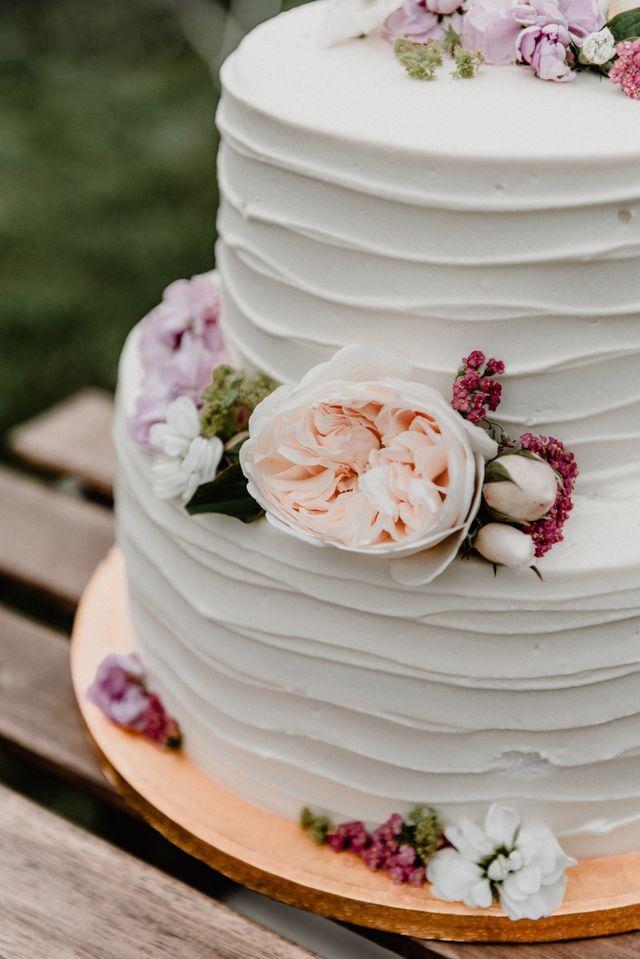 Květinový materiál na ozdobu dortu